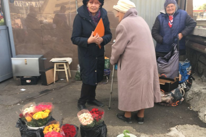 Pani Tola (w beżowym płaszczu, o lasce) i pani Danusia (w granatowej kamizelce).