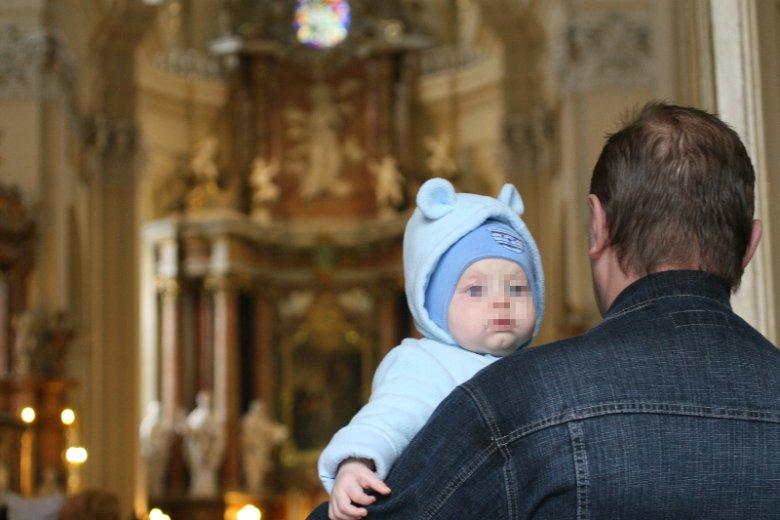 Dziadkowie nawet po kryjomu chrzczą swoje wnuki bez wiedzy rodziców. Zdjęcie poglądowe.