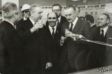 Na zdjęciu - otwarcie stacji uzdatniania wody dla Łodzi w roku 1973. Obok I sekretarza PZPR Edwarda Gierka stoi premier PRL Piotr Jaroszewicz. W 1992 r. został on zamordowany wraz z żoną w swojej wilii w Aninie.