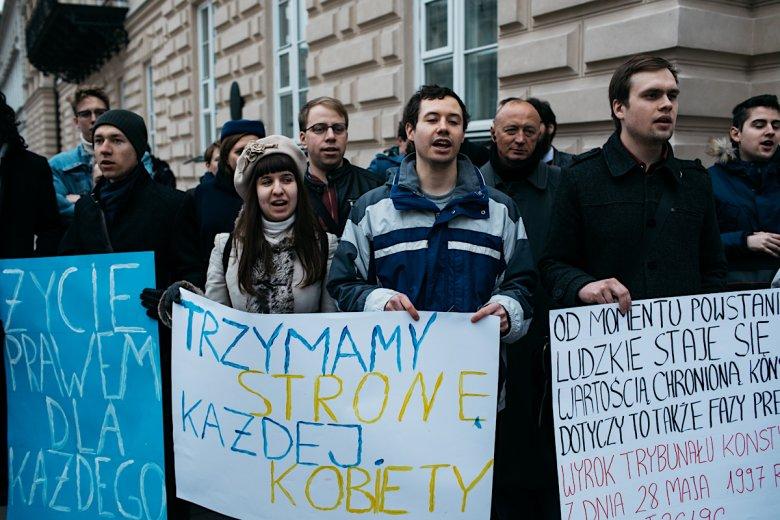 """""""Chcemy okazać nasze wsparcie dla najszerszej możliwej ochrony życia ludzkiego"""" – deklarowali organizatorzy białego protestu przed bramą UW."""