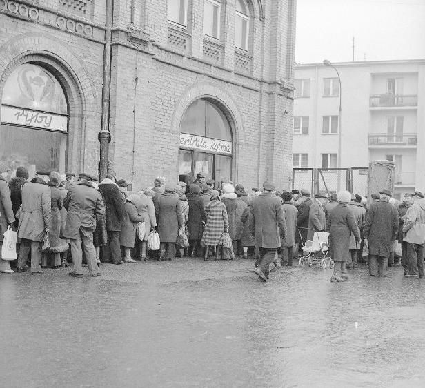 """Kolejka przed sklepem Centrali Rybnej. Każdy przecież chciał jeść w Wigilię """"tradycyjnego"""" karpia."""