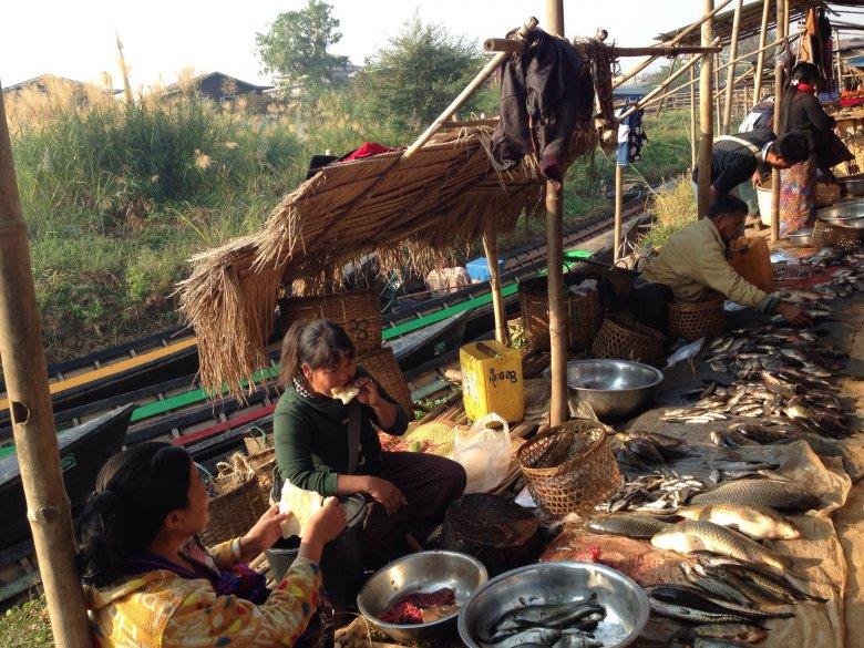 Sprzedawcy na targu Ywama, nad jeziorem Inle/Birma.