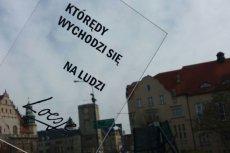 """""""Którędy wychodzi się na ludzi"""" – jeden z tekstów stworzonych na warsztatach Loesje, zdjęcie zrobione w Poznaniu"""