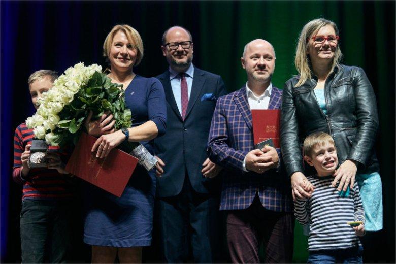 Paweł Adamowicz wręczył nagrodę Dorocie Zabłudowskiej w grudniu ubiegłego roku.