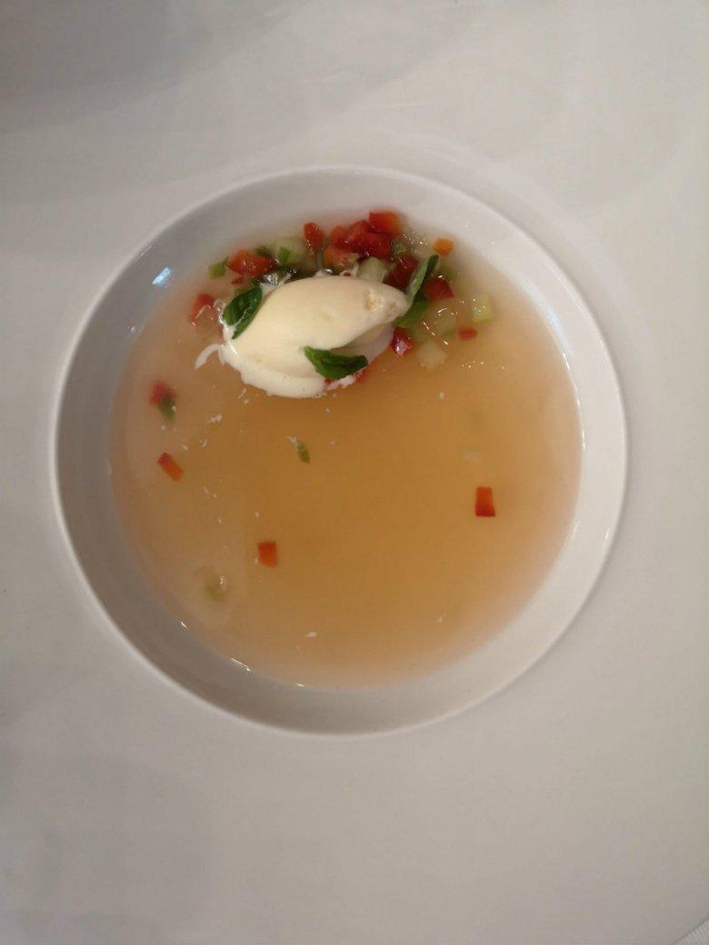 Chłodnik pomidorowy na galaretce z wody pomidorowej z lodami z kwaśnej śmietany