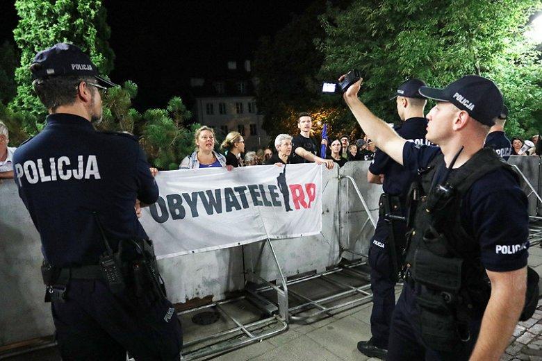 Działania policji wobec przeciwników PiS budzą wiele wątpliwości.