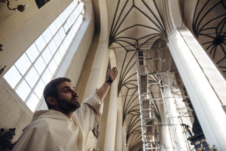 Kościół św. Mikołaja w Gdańsku czeka na remont. Wciąż pozostaje zamknięty. Na zdjęciu o. Maciej Okoński prezentuje zniszczenia na sklepieniu.