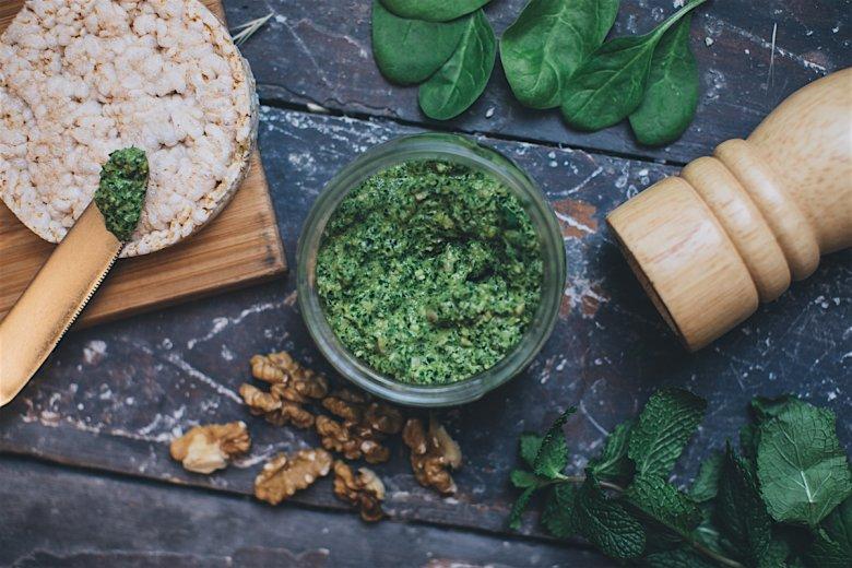 Szpinak powinny jadać osoby zestresowane, jest on bowiem źródłem magnezu. Zapobiega także bólom i zawrotom głowy.