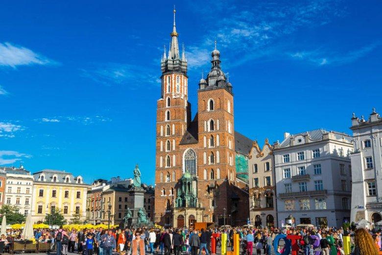Krakowski Rynek, na którym znajduje się wiele atrakcji turystycznych, w każde wakacje zapełniony jest turystami.