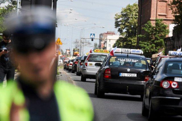 Jest proste rozwiązanie dla taksówkarzy, którzy protestują przeciwko Uberowi. Na zdjęciu – protest w Łodzi.