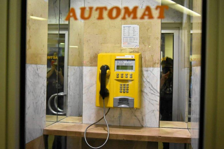 Ostatnia w Warszawie budka telefoniczna na Poczcie Głównej przy Świętokrzyskiej, nie licząc tych w szpitalach. Rzadko ktoś z niej korzysta