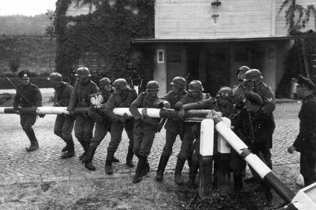 Zdjęcie przedstawiające Niemców przebijających się przez granice. To jeden z małych mitów II wojny światowej – wielu wydaje się, że to jedna sytuacja, a tak naprawdę powstało mnóstwo podobnych zdjęć w różnych miejscach