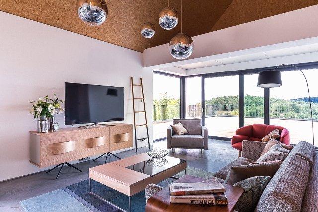 Salon z przechowalni zmienia się w typową przestrzeń wypoczynkową – już nie chcemy zagracać go meblościankami