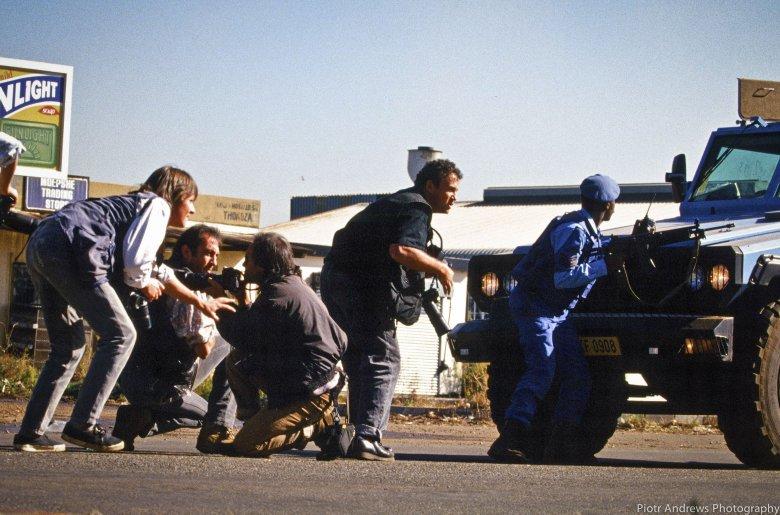 Członkowie Bang Bang Club podczas pracy w Takozie. od lewej: Gary Bernard, Kevin Carter, Joao Silva, Greg Marinovich.