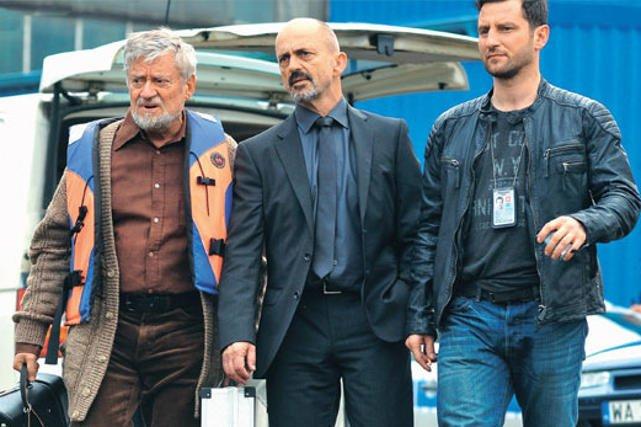 Bohaterowie serialu podczas pracy.