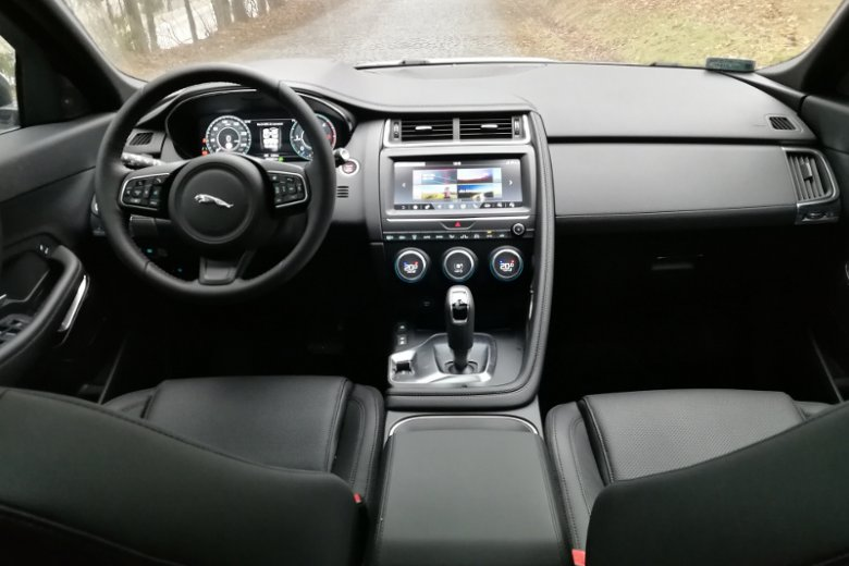 Jaguar E-Pace nie jest dużym autem, ale po 1000 przejechanych kilometrów w ogóle nie narzekałem na komfort jazdy.