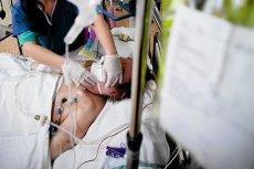 Uporczywa terapia często przysparza umierającym tylko niepotrzebnych cierpień, a nawet zmusza do wielokrotnego przeżywania agonii.
