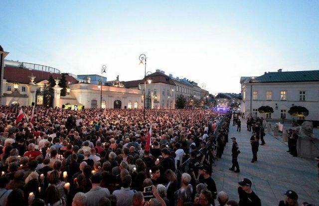 Przed Pałacem Prezydenckim zebrały się tłumy, które protestują przeciwko zmianom PiS w sądownictwie