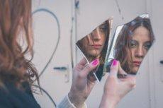 Osoby z dysmorfofobią często nie mogą patrzeć na swoje odbicie w lustrze.