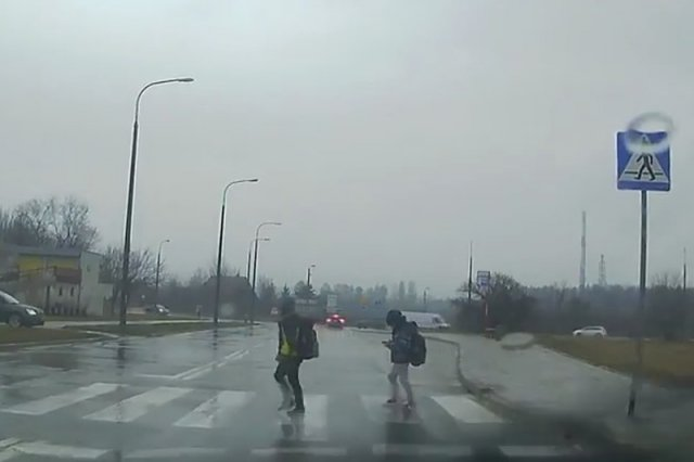 Może to nie jest zły pomysł? MSWiA chce karać pieszych za używanie telefonu na pasach