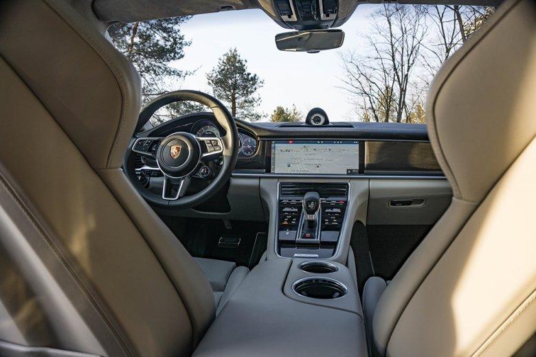 Tutaj bez zmian. Porsche Panamera Sport Turismo wygląda w środku jak Panamera.