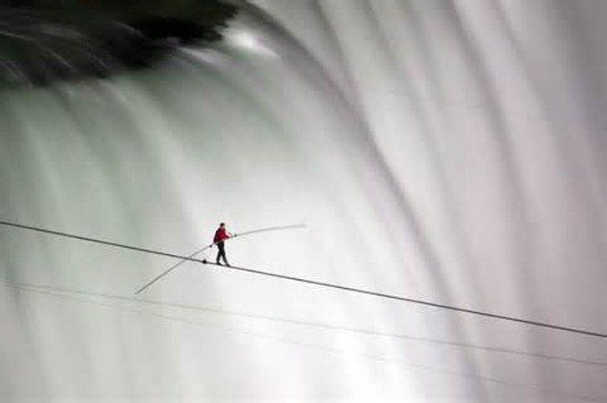 Nik Wallenda podczas spaceru po linie nad wodospadem Niagara.