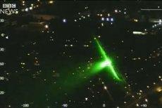 Tak wygląda oślepianie zielonym laserem z perspektywy pilota.