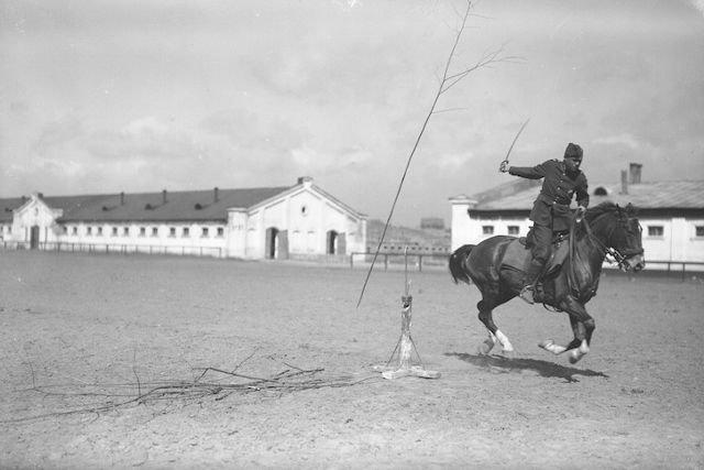 W zbiorach są rzadkie zdjęcia dokumentujące służbę garnizonową.