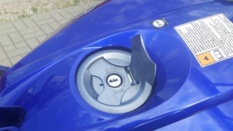 """Korek wlewu nie jest odchylany jak w większości """"dużych"""" motocykli. Ale rzadko mamy z nim do czynienia, motocykl pali średnio 2.5-3 litry na 100 km."""
