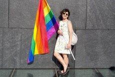 """Renata Kim z """"Newsweeka"""" zrobiła sobie zdjęcie pod Pomnikiem Smoleńskim."""