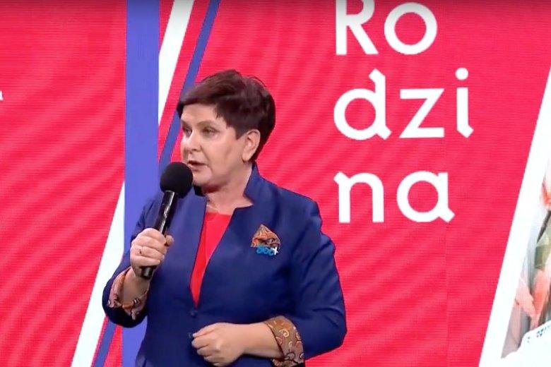 """Beata Szydło na konwencji PiS z broszką """"500+""""."""
