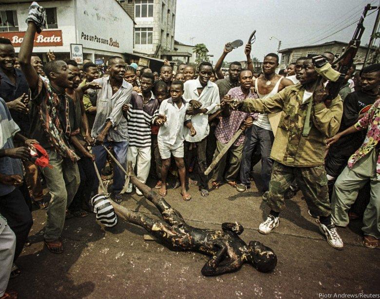 Tłum ciągnie ciało mężczyzny z plemienia Tutsi