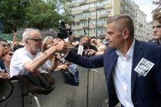 Posłowie opozycji próbują wprowadzić więcej osób do Sejmu. Przed wejściem na teren Sejmu trwają przepychanki.