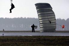(Zdjęcie jest ilustracją do tekstu). Ćwiczenia spadochroniarskie.