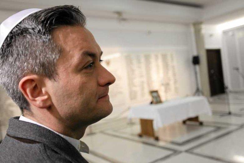 Poseł Robert Biedroń z Ruchu Palikota w jarmułce podczas uroczystości zapalenia świec chanukowych w Sejmie.