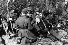 """Niemiecki serial """"Nasze matki, nasi ojcowie"""" przedstawia członków polskiego ruchu oporu jako antysemitów. Na zdjęciu: Żołnierze 27. Wołyńskiej Dywizji Piechoty Armii Krajowej"""