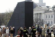 Kwoty, które przeznaczane są na ochronę pomnika smoleńskiego są ogromne.