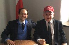 Jarosław Kaczyński pozuje na zdjęciu w czapce z kampanii Donalda Trumpa. Obok Matthew Tyrmand, ekonomista, syn Leopolda Tyrmanda.