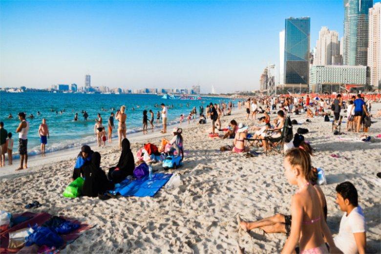 Na plaży w Emiratach Arabskich nie można opalać się toples lub bez ubrań. Po wyjściu z plaży należy się ubrać, bo grozi nam grzywna.