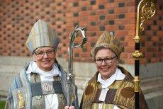 Bp Kościoła Szwecji ks. Antje Jackelén (na lewo) w towarzystwie drugiej biskupki
