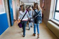 Za zamknięte szkoły i przedszkola, rodzicom należy się zasiłek opiekuńczy.