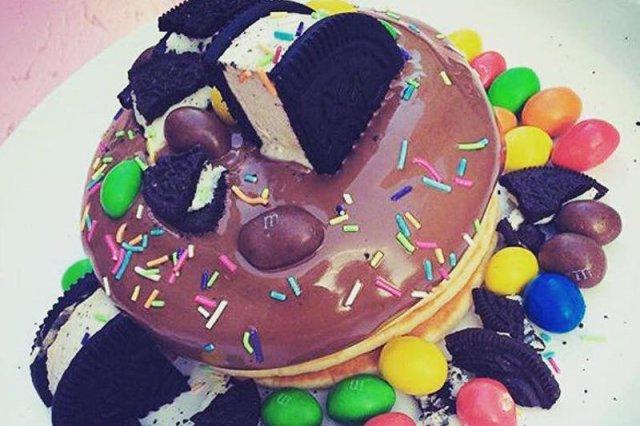 Sieć restauracji Mr. Pancake to dowód na to, że Polacy potrzebują czasem kulinarnie zgrzeszyć. To tam można dostać naleśniki z czekoladą, karmelem, musem owocowym, bitą śmietaną, czekoladowymi gwiazdkami i z popularnymi drażami.