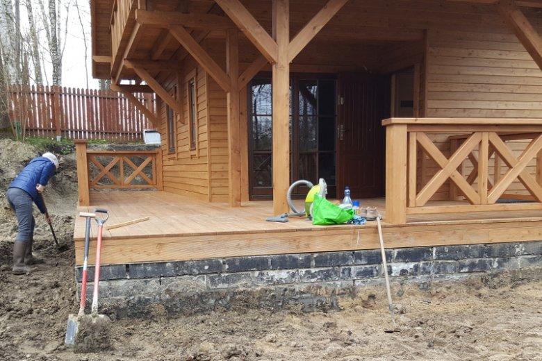 Budowa po 19 dniach. Gotowy dom w morzu błota.