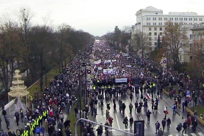 Ten filmik bardzo wyraźnie pokazuje, jak wiele osób demonstrowało w sobotę przeciw ograniczaniu demokracji przez PiS.