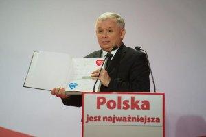 Zdjęcie archiwalne z serwisu ówczesnego kandydata na prezydenta RP. Jarosław Kaczyński przekazuje album na licytację WOŚP.