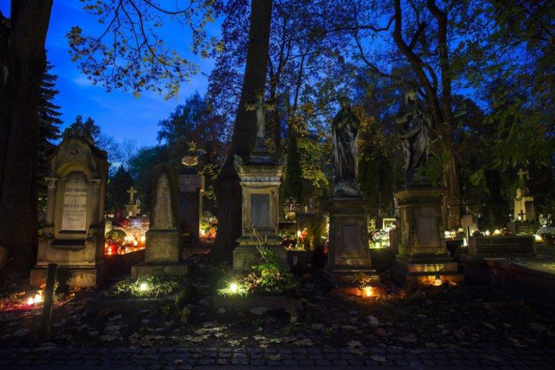 Niektórzy panicznie boją się cmentarzy.