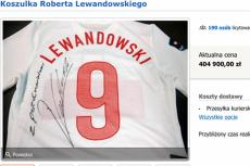 Zrzut ekranu z aukcji, na której można było kupić koszulkę Roberta Lewandowskiego