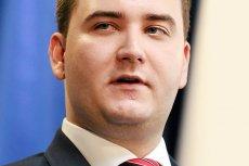 Bartłomiej Misiewicz nie tylko jest nie do ruszenia przez prezesa Kaczyńskiego. Wpływowy 26-latek także zarabia znacznie więcej od lidera PiS.
