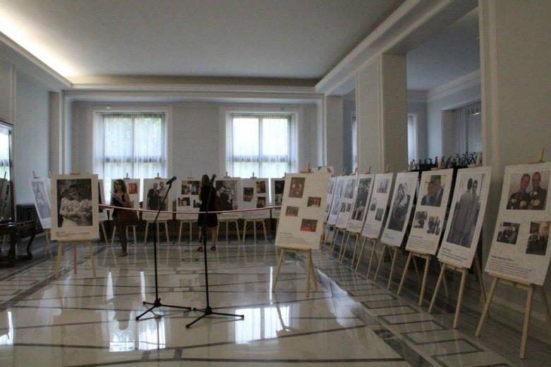 """Wystawa """"Równi w Europie"""" w Sejmie tuż przed oficjalnym otwarciem."""
