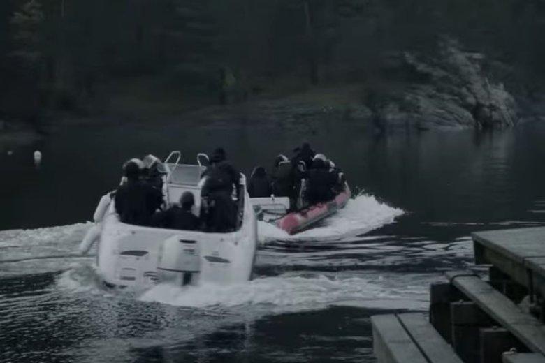 Policja popłynęła na drugą stronę wyspy, żeby pomóc uciekinierom i dopaść Breivika.